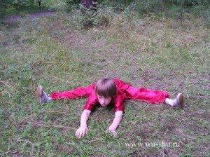 10. Наклоны с широко разведенными ногами,Наклоны вперед чередуются с наклонами к ногам